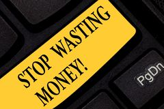 Стоп показа знака текста расточительствуя деньги Схематическое фото избежать бесполезной диссипации ненужной или бесприбыльной кл стоковое изображение rf