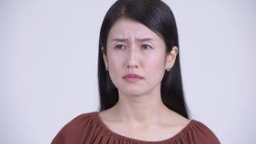 Сторона грустной азиатской женщины выглядя подавленный и плакать акции видеоматериалы