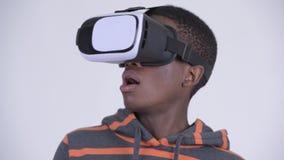 Сторона молодого красивого африканского человека используя шлемофон виртуальной реальности видеоматериал