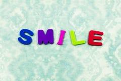 Сторона улыбки усмехаясь счастливая выучить письма детей произношения по буквам стоковое изображение rf