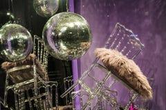 Сфера диско Разбросанные стулья и стекла, бутылки шампанского экспозиция Декоративное шоу-окно Розовые цветы беспорядок стоковое изображение rf