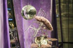 Сфера диско Разбросанные стулья и стекла, бутылки шампанского экспозиция Декоративное шоу-окно Розовые цветы беспорядок стоковое изображение