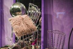 Сфера диско Разбросанные стулья и стекла, бутылки шампанского экспозиция Декоративное шоу-окно Розовые цветы беспорядок стоковое фото rf