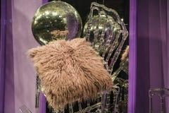 Сфера диско Разбросанные стулья и стекла, бутылки шампанского экспозиция Декоративное шоу-окно Розовые цветы беспорядок стоковое фото