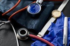 Сфигмоманометр, стетоскоп, резиновые перчатки и наручные часы для медицинской медсестры стоковые фото
