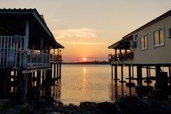 Сценарный взгляд моря против неба захода солнца стоковые фото