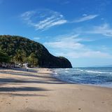 сценарный взгляд пляжа против неба стоковая фотография rf