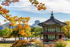 Сценарный взгляд осени павильона Hyangwonjeong, Сеула, Южной Кореи стоковое изображение rf