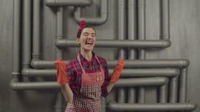 Счастливая выразительная домохозяйка делая жест победителя видеоматериал