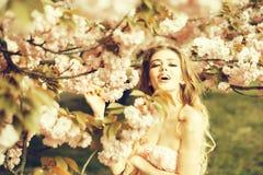 Счастливая женщина в цветении стоковое изображение rf