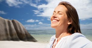 Счастливая женщина над пляжем острова Сейшельских островов тропическим стоковые фото