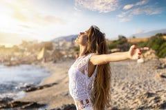 Счастливая женщина на пляже во время праздников перемещения отдыхает стоковое фото rf