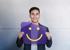 Счастливая концепция человека Значок молодой усмехаться человека и улыбки шоу на карте пузыря речи Положительное выражение челове иллюстрация штока