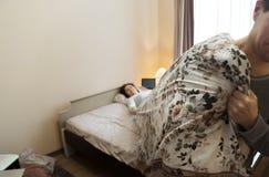 Счастливая концепция mormimg семьи Просыпать вверх изображение стоковое фото