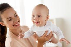 Счастливая мать играя с маленьким ребёнком дома стоковая фотография rf