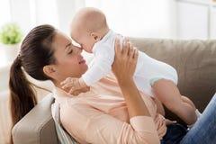Счастливая мать с маленьким ребёнком дома стоковое изображение rf