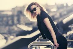 Счастливая молодая женщина моды в солнечных очках стоковое изображение rf