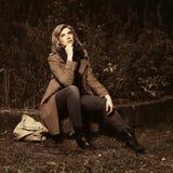 Счастливая молодая женщина моды с сумкой в парке осени стоковые фотографии rf