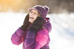 Счастливая молодая женщина смеясь весело стоковое фото rf