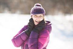 Счастливая молодая женщина смеясь весело стоковые фото