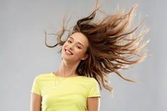 Счастливая молодая женщина с развевать длинные волосы стоковое фото rf