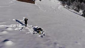 Счастливая молодая семья имеет потеху играя в снеге Они весело падают в снег Семья счастлива совместно акции видеоматериалы