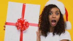 Счастливая девушка держа большую в оболочке коробку, удивленную с большой продажей Xmas, черная пятница видеоматериал