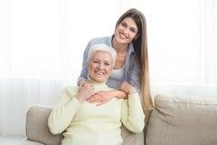 Счастливая старшая мама и ее дочь тратя время дома стоковая фотография rf