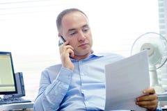 Счастливые люди предпринимателя читая хорошие новости в письме в offes стоковые изображения