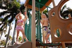 Счастливые маленькие ребята играя на спортивной площадке на пляже стоковые изображения rf