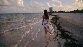 Счастливые молодые идти, ход, и играя женщины брюнета на тропическом пляже около Cancun, Мексика на заходе солнца акции видеоматериалы