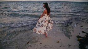 Счастливые молодые идти, ход, и играя женщины брюнета на тропическом пляже около Cancun, Мексика на заходе солнца видеоматериал