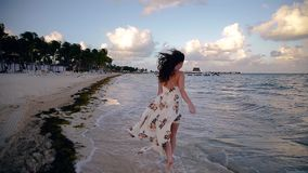 Счастливые молодые идти, ход, и играя женщины брюнета на тропическом пляже около Cancun, Мексика на заходе солнца сток-видео
