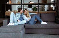 Счастливые молодые красивые пары наслаждаясь временем совместно дома стоковое фото rf