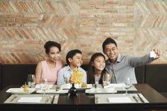 Счастливые моменты с семьей стоковое изображение rf