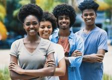 Счастливые смеясь взрослые афроамериканца молодые в линии стоковое фото