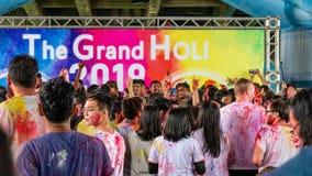 Счастливые танцы людей и праздновать фестиваль Holi цветов стоковое фото