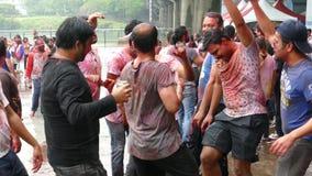 Счастливые танцы людей и праздновать фестиваль Holi цветов