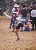Счастливые танцы девушки для других стоковая фотография