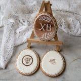 Счастливый праздник семьи, печенья пасхи пряника в яйцах формы в ретро стиле Праздничные печенья на стойке с тканью шнурка селект стоковое изображение