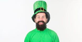 Счастливый день shamrock Бородатый человек празднуя день patricks Святого Ирландский человек с зеленым цветом бороды нося Битник  стоковые изображения rf
