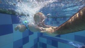 Счастливый усмехаясь малыш ныряет под водой с отцом видеоматериал