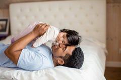 Счастливый отец обнимая его сладкого ребенка стоковое фото