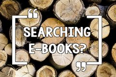Схематический показ сочинительства руки ища e Booksquestion Текст фото дела ища чтение онлайн литературы современное деревянное стоковая фотография