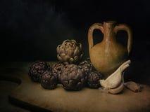 Сырцовые артишоки, среднеземноморской овощ, на деревенское гессенском с урной чеснока и амфоры terracotto Натюрморт, свет стоковые фотографии rf