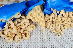 сырцовый затир вс-зерна на плетеной ткани на таблице Взгляд сверху стоковые фото
