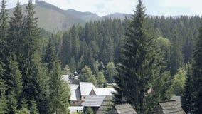 Средневековая деревянная деревня в долине горы