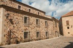 Средневековые здания, с деревянной дверью и запертыми окнами на Caceres стоковые фотографии rf