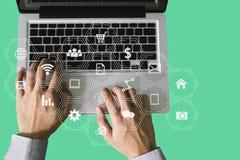Средства массовой информации маркетинга цифров в виртуальном экране стоковые изображения