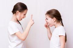 Ссора 2 сестер девушек сильно друг с другом стоковое фото